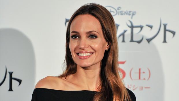Angelina Jolie bryster at der