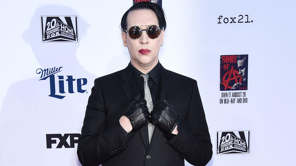a marilyn manson performance from the perspective of an alien David bowie: the gift of sound + vision for perspective to fans it must have been akin to seeing lady gaga or marilyn manson performing without makeup.