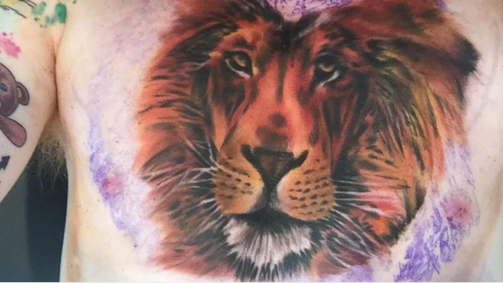 neues tattoo ed sheeran hat sich einen l wen auf die brust stechen lassen. Black Bedroom Furniture Sets. Home Design Ideas