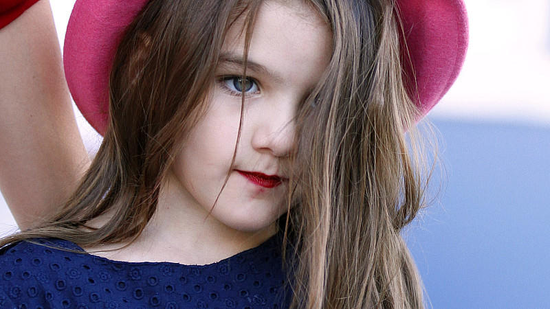 Suri Cruise mit knallrotem Lippenstift