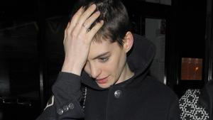Anne Hathaway will wegen ihres aktuellen Look ihre Hochzeit verschieben.