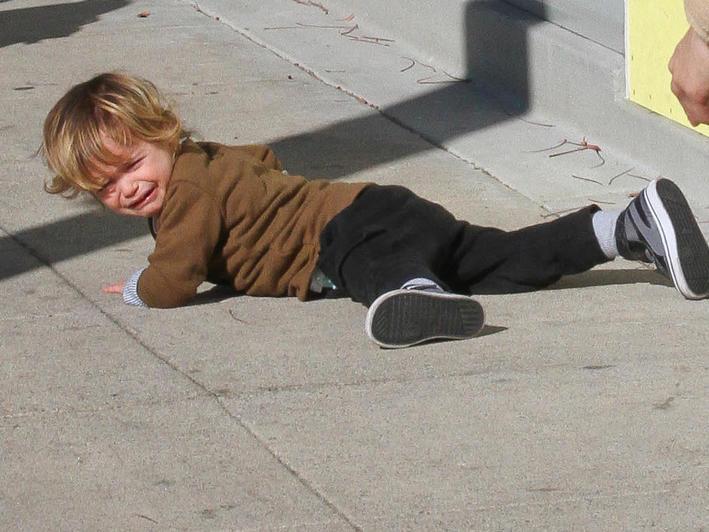 Kinder schleppen: Stars tragen ihren Nachwuchs